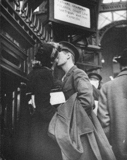接吻另类图片:离别之吻-情侣图片-七七空间