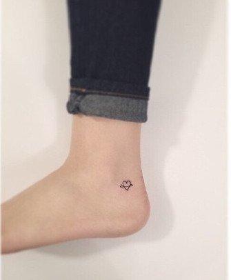 个性大图,另类图片:脚腕上的小纹身